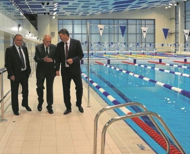 Janusz Chwierut (z prawej) ogląda pływalnię otwartą w sobotę