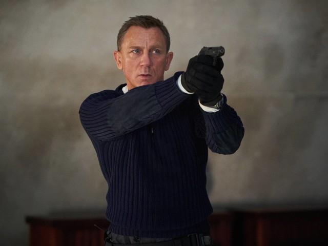 """Reżyserem """"Nie czas umierać"""" jest Cary Joji Fukunaga, zaś oprócz Daniela Craiga (James Bond) w filmie będzie mogli zobaczyć również innych znanych aktorów, takich jak Ana de Armas (Paloma), Remi Malek (Safin) czy Lashana Lynch (Nomi)."""