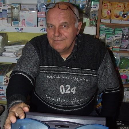 Józef Lewczuk, głogowianin, żonaty, czworo dzieci. Ma 61 lat. Kolekturę przy ul. Słowiańskiej prowadzi od 1993 r. Z wykształcenia technik budowlany . Jego hobby to samochody.