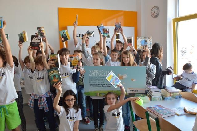 Amazon z prezentami dla szkoły w Tyńcu Małym. Dał dzieciom książki i czytniki [ZDJĘCIA]