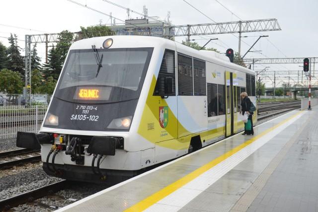 Szybszy i bezpieczniejszy przejazd pociągów oraz lepsze warunki dla transportu. To wszystko za sprawą kolejnego przebudowanego odcinka Nadodrzanki. Roboty obejmą około 38 km torów. Poprawi się też komfort podróży na 5 stacjach i przystankach. Wartość inwestycji to ponad 150 mln zł.PKP ogłosiło właśnie przetarg na roboty między Drzeńskiem a Kostrzynem. Jaki jest cel? To kolejne prace zwiększające możliwości transportowe Nadodrzanki. To ważna linia kolejowa, Która łączy południe Polski z portami morskimi w Szczecinie i Świnoujściu. Inwestycja zapewni ponad dwukrotnie szybszy przejazd pociągów. Będą lepsze możliwości dla połączeń pasażerskich i sprawniejszy przewóz towarów.Zobacz też wideo: Gorzów szykuje się do rewolucji tramwajowejPrzeczytaj również: Kolejowy wiadukt w Zielonej Górze będzie dla rowerzystów [WIDEO]