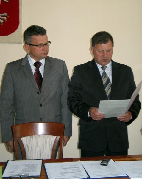 Adam Łabuda składa uroczyste ślubowanie. Obok Kazimierz Skóra, przewodniczący rady powiatu tarnobrzeskiego.