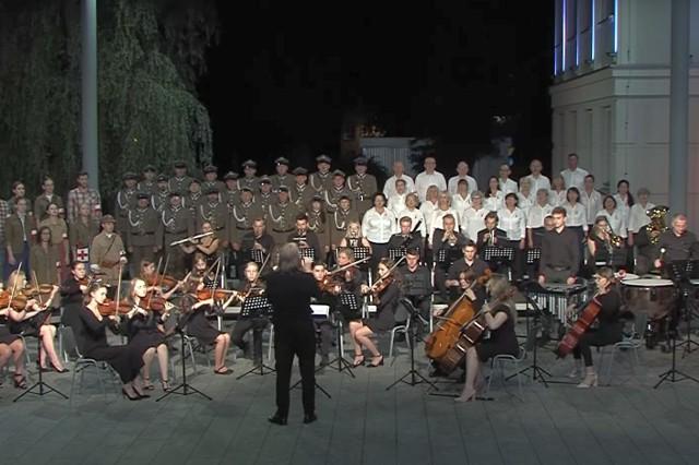 """Nagranie """"Marszu Żoliborza"""" wykonane zostało na dziedzińcu Miejskiego Domu Kultury z udziałem kilku zespołów"""