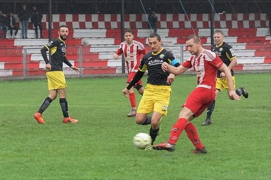 Zespół Tarnovii (koszulki w biało-czerwone pasy) byli bliscy sprawienia sporej niespodzianki w meczu z liderem z Maniów