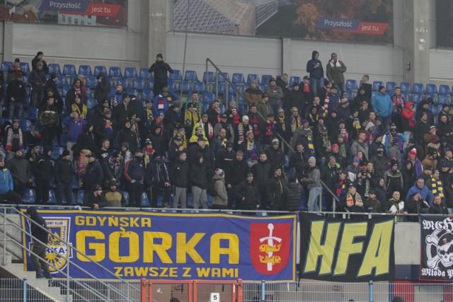 Kibice Arki Gdynia na meczu ligowym w Gliwicach z Piastem