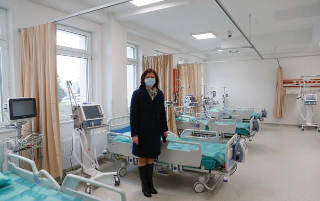 - Aktualnie sytuacja epidemiczna w naszym regionie jest stabilna, co daje nam pewien oddech i spokój w organizowaniu szpitala tymczasowego - przyznała wojewoda Ewa Leniart.
