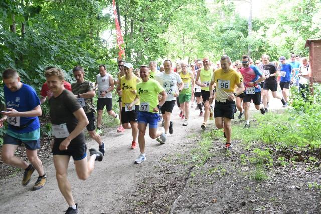 W środowe popołudnie w lasku przy ul. Bema odbyły się kolejne biegi z cyklu Top Cross Torunia im. Mariana Piotrowskiego. Główny dystans tradycyjnie liczył 6666 metrów - wzięło w nim udział kilkudziesięciu zawodników. Mamy dużo zdjęć zarówno ze startu, jak i z trasy biegu - w naszej galerii uwieczniliśmy każdego biegacza. Zobacz zdjęcia ze środowego biegu >>>>>>Czytaj również:Aqua Toruń nie bez wad. Oto skargi torunianVoychekh Shchensni w polskiej bramce. UEFA uczy, jak wymawiać nazwiska polskich piłkarzy
