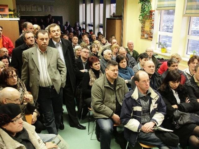 Na spotkanie z władzami gminy przyszło 160 mieszkańców. Nie chcą w swoim sąsiedztwie asfaltowni, bo wolą mieć wokół łąki i las. Zjednoczyli siły z przedstawicielami Giełdy Rolno-Spożywczej, powołując sześcioosobowy komitet reprezentujący Fasty.