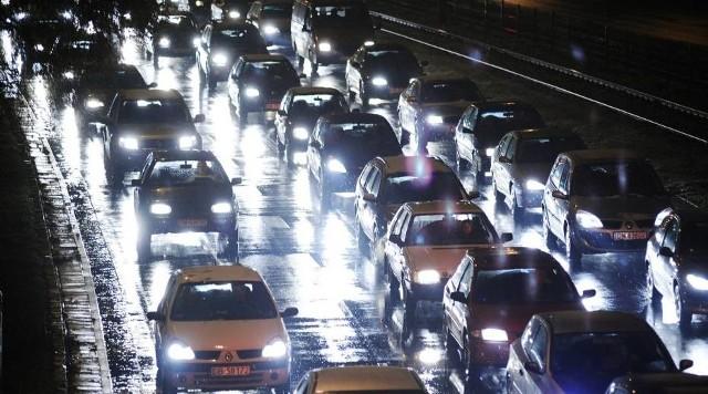 We wtorkowe popołudnie i wieczór mieliśmy fatalną sytuację na wrocławskich ulicach. Wielu wrocławian straciło mnóstwo czasu, by dostać się z pracy do domu czy do innego docelowego miejsca. Podróż z centrum na Nowy Dwór trwała nawet dwie godziny, autobusy z lotniska do centrum były poopóźniane o ponad godzinę. Na głównych ulicach miasta utworzyły się ogromne zatory. Czas tracili kierowcy w prywatnych autach, jak również pasażerowie komunikacji miejskiej, którzy musieli się liczyć z opóźnieniami. Jeden z powodów to remont i zamknięcie fragmentu ulicy Robotniczej, a także opady deszczu, które zwykle mocno spowalniają ruch. Czy dziś czeka nas podobny scenariusz?ZOBACZ WIĘCEJ NA KOLEJNYM SLAJDZIE