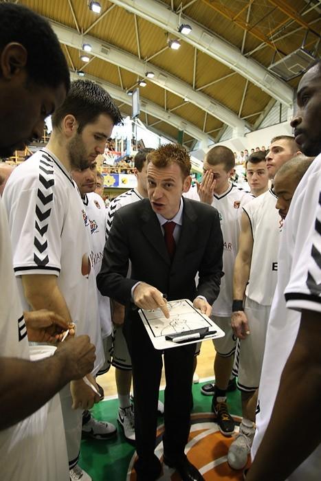 Trener Okorn razem z zawodnikami w trakcie drugiego meczu.