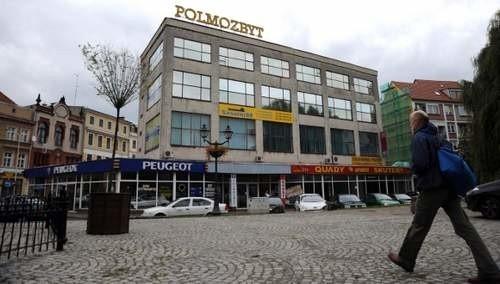 Zgodnie z planami obskurny budynek Polmozbytu zniknie. W jego miejscu ma powstać ciąg kamieniczek, które zamkną pierzeję placu.
