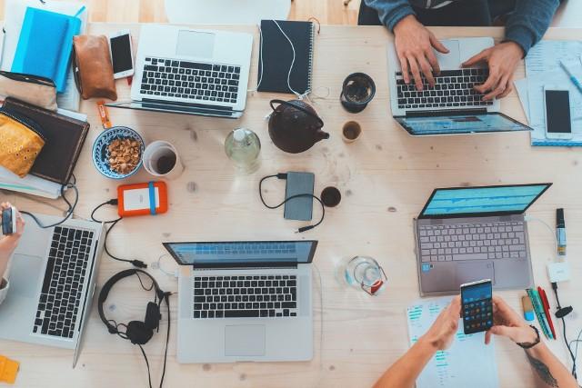 Kreatywność w pracy wpływa pozytywnie na naszą satysfakcję z działania. Kreatywne myślenie sprzyja także osiąganiu lepszych wyników.  Zobacz, jak zwiększyć kreatywność pracownika.