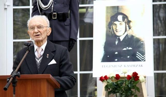 Kilka lat temu Eugeniusz Kasprzak został awansowany pośmiertnie na stopień podporucznika. Na zdjęciu jego brat Zbigniew, a w tle portret lubelskiego pilota