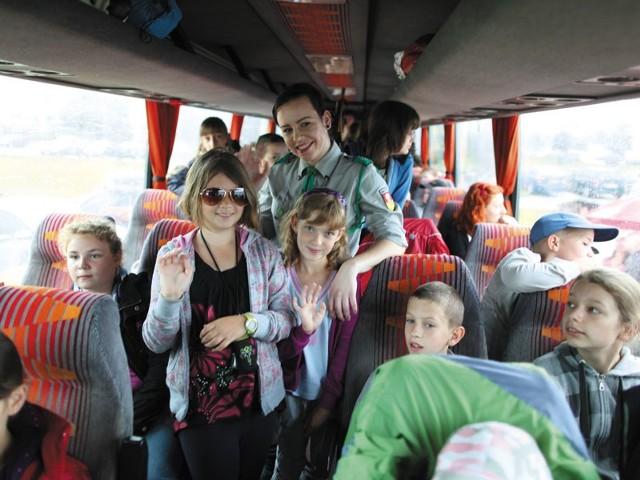 Gabrysia Ejdys (w ciemnych okularach) i Magda Walesiuk (W fioletowej opasce) są bardzo zadowolone z wakacji z harcerzami.  Wyjeżdżają z nimi już drugi raz.