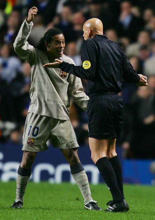 """Gwiazda Barcelony, Ronaldinho (dyskutuje z sędzią Pierluigim Colliną) dostał """"na lewo"""" 15 milionów euro."""