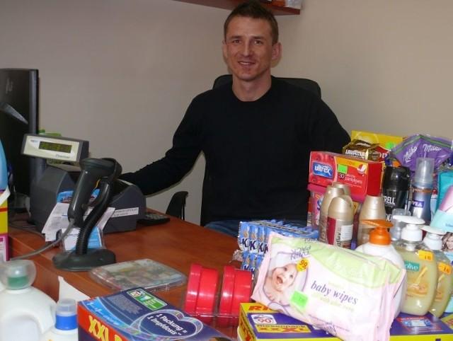 Łukasz Szymoniak za lada swojego sklepu przy ulicy Warszawskiej w Kielcach