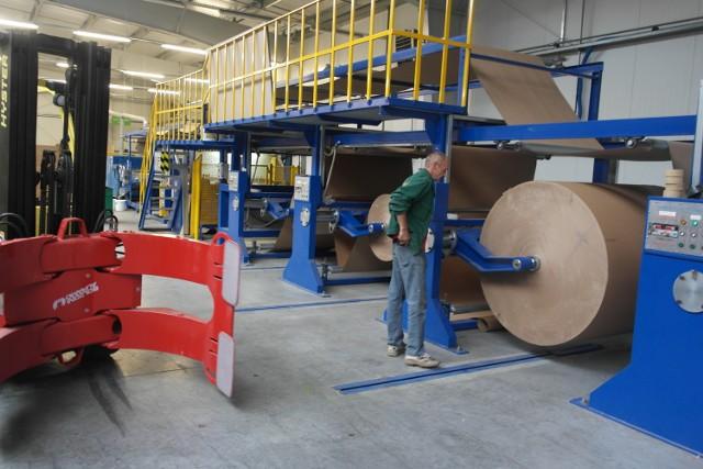 Ostatnie w tym roku zezwolenia w Suwalskiej Specjalnej Strefie EkonomicznejNord-Ost zdecydowała się na zakup specjalistycznego, wielofunkcyjnego urządzenia do produkcji płyt o strukturze plastra miodu z surowca recyclingowego. Inwestycja pochłonie ok. 5,4 mln zł. Do obsługi maszyny Nord-Ost zatrudni co najmniej 4 nowych pracowników i przez dwa lata utrzyma zatrudnienia w wymiarze 113 etatów. Warto dodać, że większość to osoby niepełnosprawne.