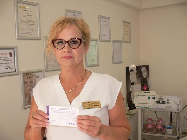 """- Jeśli się wszyscy zaszczepimy nabierzemy odporności narodowej i wtedy będziemy mogli normalnie funkcjonować, i wrócić do czasów sprzed pandemii - mówi Małgorzata Majewska, właścicielka salonu kosmetycznego """"Wenus""""  w Sandomierzu, która 16 czerwca przyjęła 2 dawkę szczepionki.  Dla osób, które przyjęły szczepionkę, przygotowała ciekawą ofertę promocyjną w swoim salonie."""