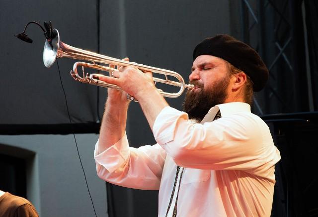 Piotr Damasiewicz to wybitny polski trębacz, czołowy przedstawiciel sceny awangardowej, zdobywca Fryderyka w kategorii Jazzowy Debiut roku 2012