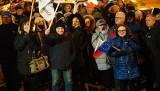 """Protest KOD-u w obronie niezależności sądów w Białymstoku. Ludzie skandowali """"Wolne sądy"""". Tłumów nie było (zdjęcia)"""