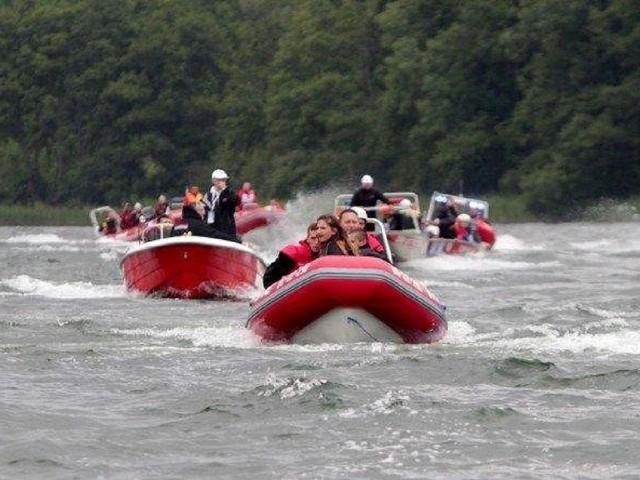 Parada łodzi strażackich podczas mistrzostw w Sierakowie