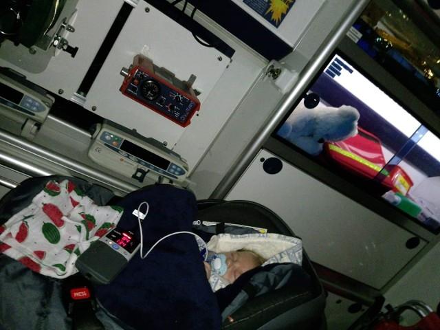 Noc chłopiec spędził w karetce, która zawiozła go do kliniki.
