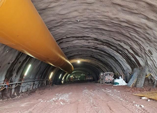 Budowa tunelu w masywie górskim na odcinku drogi ekspresowej S3 Bolków - Kamienna Góra. Zdjęcia z lutego 2021 roku