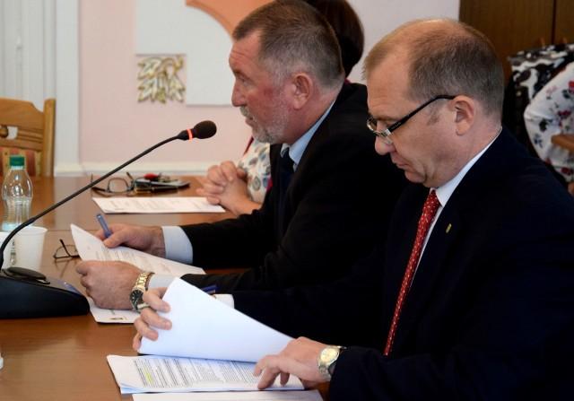 Dwóch zastępców burmistrza Jarosławia, nieskutecznie przekonywało radnych, żeby poparli uchwałę o dodaniu pieniędzy na projekt bulwarów nad Sanem. Wiesław Pirożek (nz.z lewej) poirytowany opuścił salę w trakcie obrad.