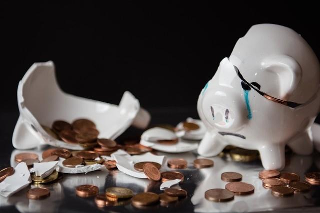 Pieniądze szczęścia nie dają, ale lepiej je mieć. Niestety, jak to bywa z pieniędzmi, raz jest lepiej, a czasem trzeba zacisnąć pasa. Zobaczcie, komu gwizdy wróżą kłopoty finansowe, a kogo czeka zastrzyk gotówki. Przygotowaliśmy dla Was horoskop finansowy na lipiec. Sprawdźcie na kolejnych zdjęciach >>>