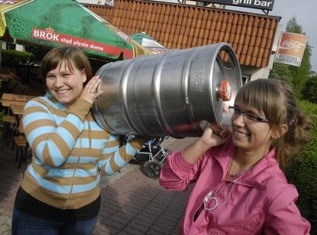 Monika Kaja i Kinga Wocial mają problem z uniesieniem kegi, ale potrafią świetnie nalać piwo do szklanki
