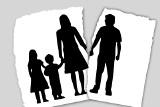 Żona zdradziła męża. Gdy on złożył pozew o rozwód, z zemsty pomalowała mu szyby czarną farbą