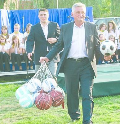 Minister sportu wręczył uczniom SP nr 3 piłki, w tym jedną szczególną - z podpisem najwybitniejszego piłkarza świata Pele