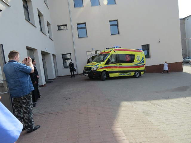 Powiatowy Szpital w Aleksandrowie Kujawskim wzbogacił się o nowy ambulans typu S. To nowocześnie wyposażony nowy mercedes. Placówka zainwestowała w niego własne pieniądze. Pojazd został wzięty w leasing z opcją wykupu. Został uroczyście powitany przez przedstawicieli szpitala i władz powiatu.