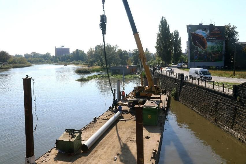 Przy moście Grunwaldzkim powstanie szkoła na wodzie. Już wbijają pale