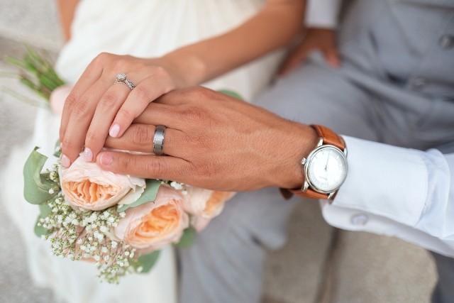 """Ci, którzy nie biorą ślubu w świątyni i wybierają ślub cywilny, nie muszą wcale zawierać związku małżeńskiego w urzędzie. Powiedzieć """"tak"""" swemu wybrankowi czy wybrance można niemal wszędzie, ale trzeba spełnić określone warunki i znacznie wcześniej zarezerwować termin i urzędnika, który będzie mógł udzielić nam ślubu w pozaurzędowej scenerii. Zobacz, gdzie można to zrobić w Poznaniu--->"""
