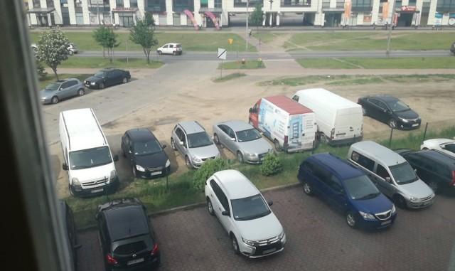 Nowy Lidl w Ostrołęce: klienci parkują samochody na osiedlu