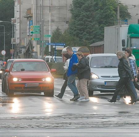 Kierowcom nie wolno omijać pojazdów stojących przed pasami, aby przepuścić pieszych