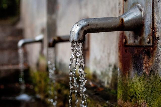W upalne dni warto oszczędzać wodę.