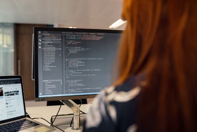 W zależności od tego, jaki język programowania zna specjalista ds. IT, zarobki kształtują się inaczej. W 2020 r. na stawki dla specjalistów z branży IT wpłynęła także pandemia. Prześledź, jak zmieniały się płace programistów kwartał po kwartale.