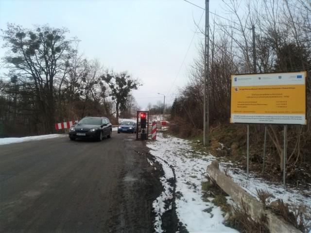Przejazd ul. Tucholską  w Koronowie jest teraz utrudniony z powodu zwężenia. Ruchem kieruje sygnalizacja świetlna