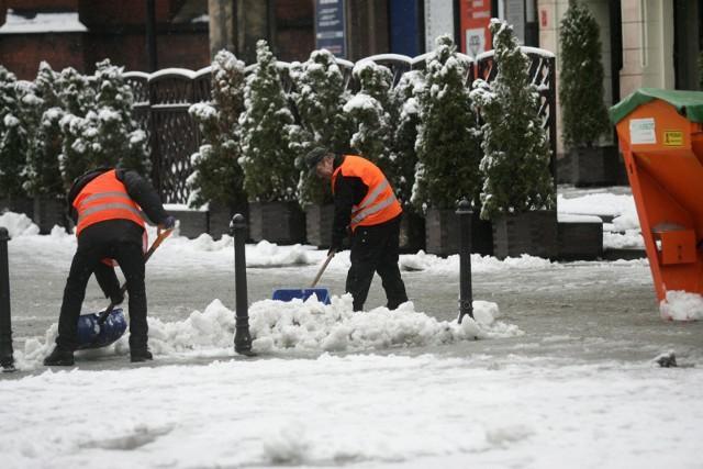 Instytut Meteorologii i Gospodarki Wodnej wydał właśnie ostrzeżenia dla kilku województw. IMGW ostrzega przed nadchodzącymi śnieżycami! Najwięcej białego puchu ma spaść w Polsce we czwartek 30 listopada. Dalej w artykule: W KTÓRYCH WOJEWÓDZTWACH, PROGNOZA POGODY NA KOLEJNE DNI, DO KIEDY BĘDZIE SYPAĆ...Pogoda na czwartek: