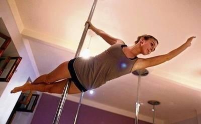 Pole dance wymaga dużej siły, sprawności oraz umiejętności typowych dla gimnastyki Fot. Andrzej Banaś