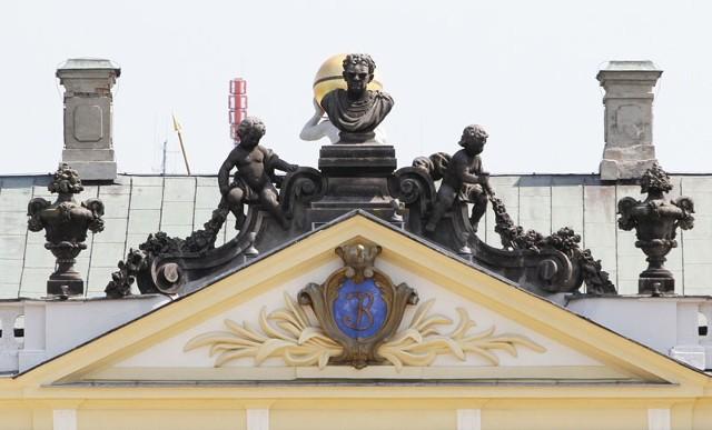 Popiersie architekta Stanisława Bukowskiego (w środku), dwa amorki i cztery wazony wieńczące korpus pałacu mają być odnowione jeszcze w tym roku