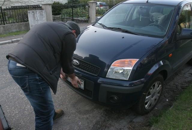 Wielkość tablic rejestracyjnych jest ściśle określona - małe tablice można stosować tylko w tych samochodach, które mają fabrycznie do nich wyznaczoną wnękę. Właściciel samochodu zaznacza to w dokumentach przy rejestracji auta.