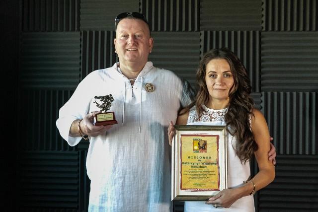 Wiesław i Katarzyna Koluchowie z wyróżnieniami za ich charytatywną pomoc