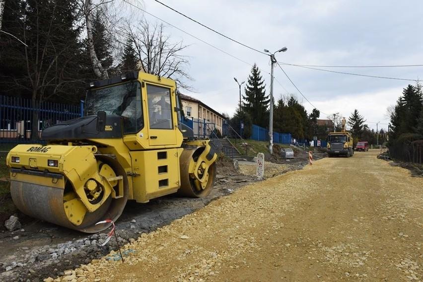 Przebudowa drogi w Sierczy. Prace idą zgodnie z planem [ZDJĘCIA]