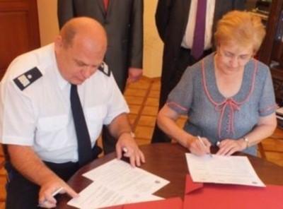 Prof. Krystyna Czaja i komendant wojewódzki policji nadinspektor Leszek Marzec podpisują umowę.