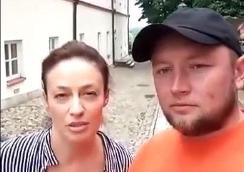 Magdalena Różczka i tata Bartusia Łukasz Przychodzki w Sandomierzu.