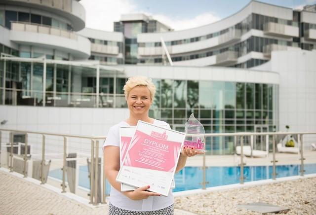 Magdalena Lewandowska-Kieruj laureatka I i II nagrody przed  hotelem Copernicus, w którym odbyła się gala finałowa plebiscytu
