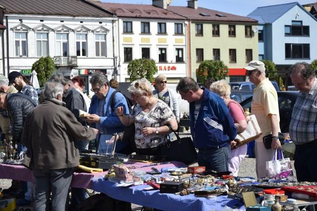 Jak zawsze w pierwszą sobotę miesiąca 5 maja odbyły się w skierniewickim rynku targi kolekcjonerów i staroci. Pogoda dopisała, więc i zainteresowanie tą handlową imprezą było niemałe.